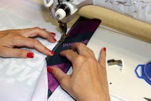 Couture des ourlets de visuels imprimés sur textile.
